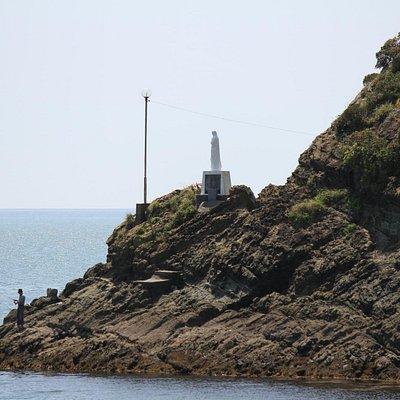 海の上のマリア像:お祈りの後に釣り開始!