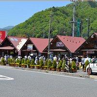 行列が出来る、人気の「炭火焼き串鳥」や「しょうちゃんコロッケ」、安芸太田町名物の「田舎寿司」「だんご」「漬物焼きそば」「ラーメン」など人気のショップがずらり並びます。