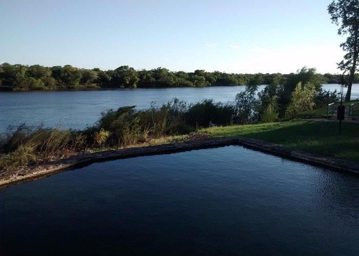 Vista al río Arapey desde la fuente termal natural, ahora en desuso. Se usan las piletas actualm