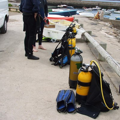 Préparation du matériel avant le départ en plongée
