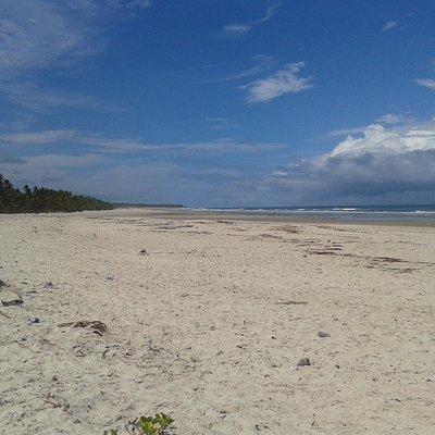 Trecho deserto da praia