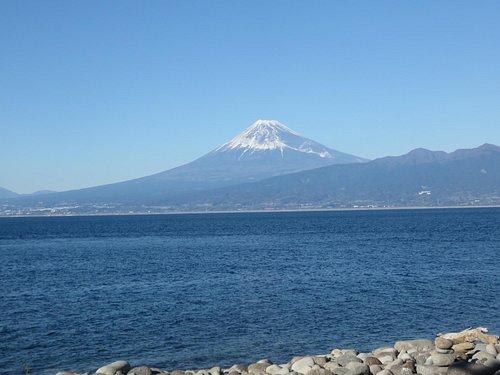 岬から見える海越しの富士山