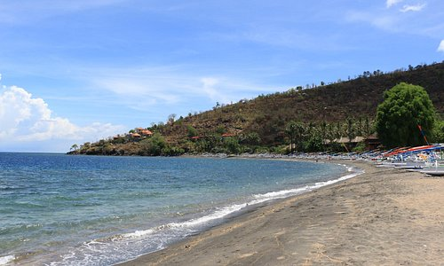 Pantai sunyi berpasir hitam