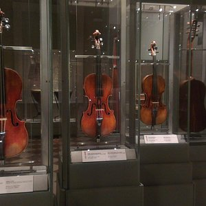 кроме Давида, есть еще скрипки
