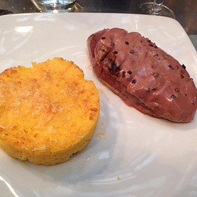 Filet de cannette sauce au vin et au grué de cacao accompagné d'une polenta parfumé au romarin