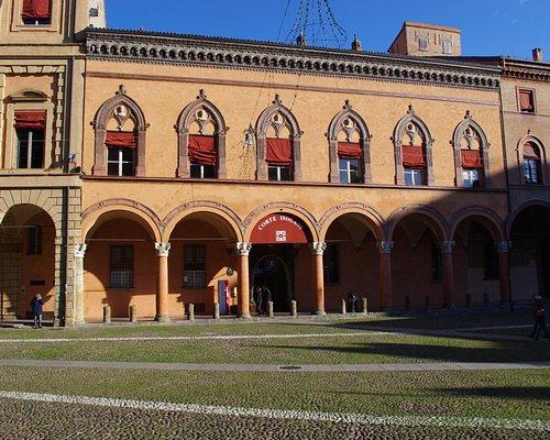Ingresso Corte Isolani da piazza S. Stefano