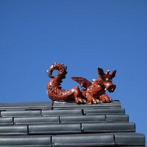 Dieser Drachen ziert das Dach der Töpferei