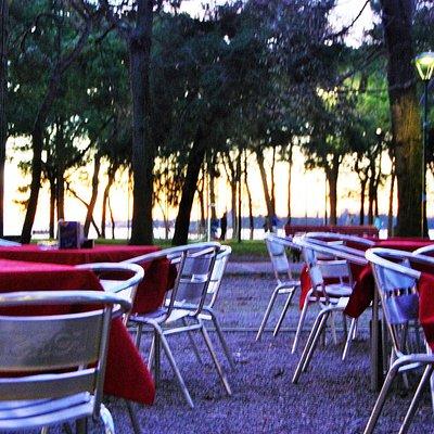 Piazzetta esterna del bar con tramonto su Venezia