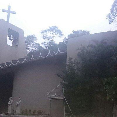 Igreja simples,  moderna e com área verde agradável