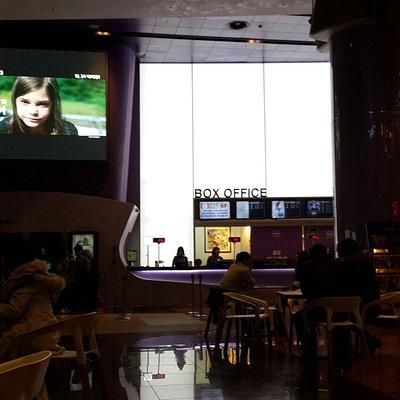 나쁜영화 라는 영화를 보러 갔습니다 상영관이 많지 않았는데 메가박스 영통에서 상영해서 차타고 다녀왔네요 내부는 굉장히 넓고 의자를 모두 가죽시트로 바꿨다고 하네요 영화관에가