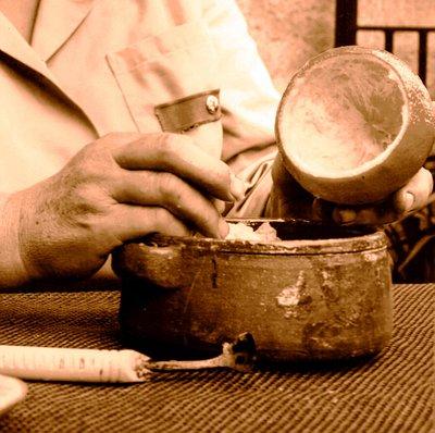 lavorazione artigianale della buccia del bergamotto.