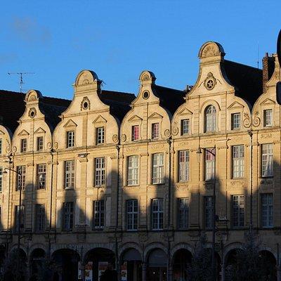 Superbes maisons de la Place des Héros.
