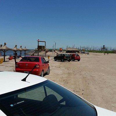 Estacionamiento pegado a la playa