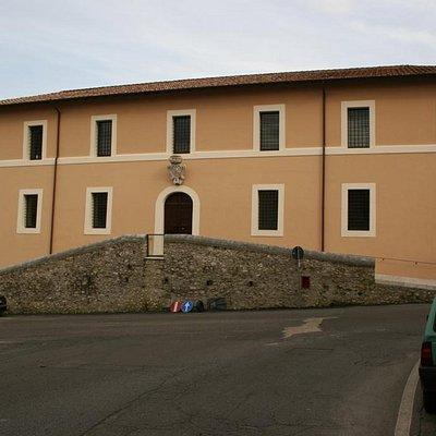 """Prospetto esterno del Granaio Borghese che ospita il Museo Civico Archeologico """"Roger Lambrechts"""