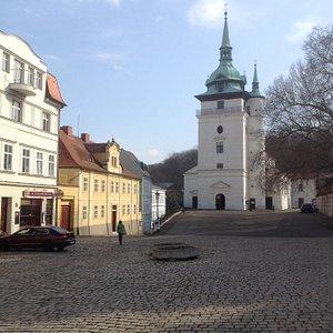 Площадь и церковь