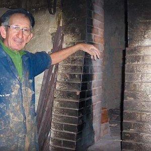 Il figulo Tonino Samarelli accanto alla sua storica fornace per la cottura dei manufatti di cret