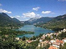 Vista del lago di Barrea dall'omonimo borgo