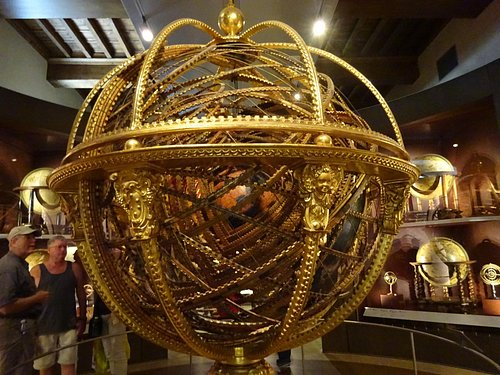 Rotating globe with star alignment