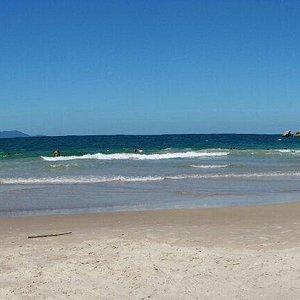 Linda praia de águas cristalinas,  ondas e peixes.  Vale a pena!