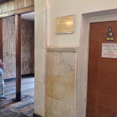 駅構内出口傍のこのドアが入り口…