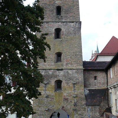 Blick von der Stadtmauer auf den Metzgerturm