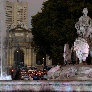 La diosa Cibeles con la Puerta de Alcalá al fondo, dando la bienvenida a todos los visitantes