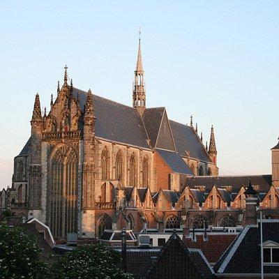 De Hooglandse kerk in Leiden, gezien vanaf de Burcht.