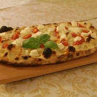 Pinsa romana pomodorini, mozzarella di bufala e basilico