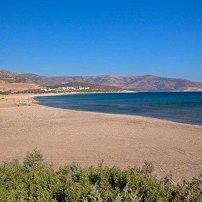 Kastraki beach is a small cove located behind the Mikri Vigla peninsula and next to Glyfada beac