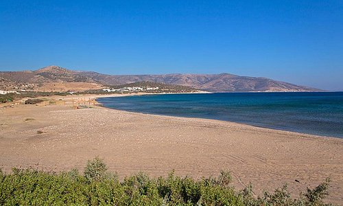 Kastraki beach is a small cove located behind the Mikri Vigla peninsula and next to Glyfada beac
