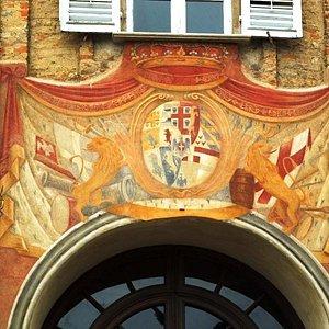 Герб над входом