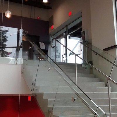 階段 1Fから2Fに行く階段 2Fは隣のビルと渡り廊下でつながってます