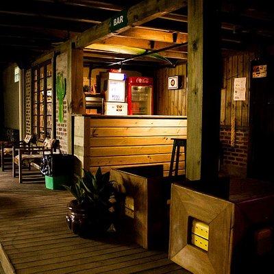 Lugar amplo com ótimo atendimento...Cerveja gelada, tequila e energético ao som de bandas e Dj!