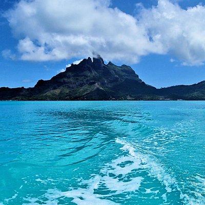 エメラルドグリーンの海とオテマヌ山のコントラストが最高です。