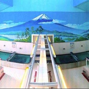 壁には大きな富士山