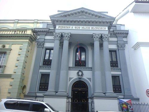 Pantéon a media cuadra de la plaza Caldas.