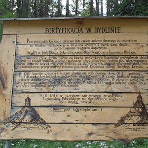 Tablica informacyjna dot. ruin zamku w Bydlinie