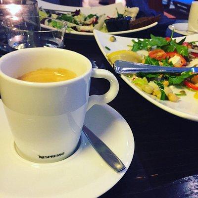 Hälsotallrik och kaffe