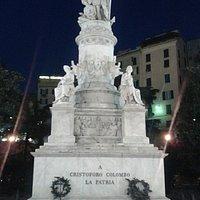 anche di notte il monumento spicca col suo marmo bianco