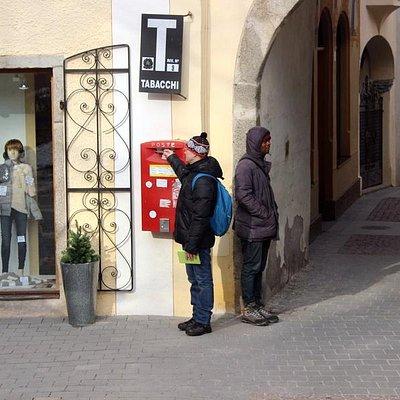 Справа на фото - магазин и тут же почтовый ящик