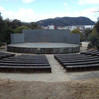 登山道途中にある野外劇場?のステージと観覧席