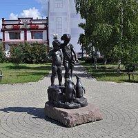 Скульптура Дети, кормящие пингвинов