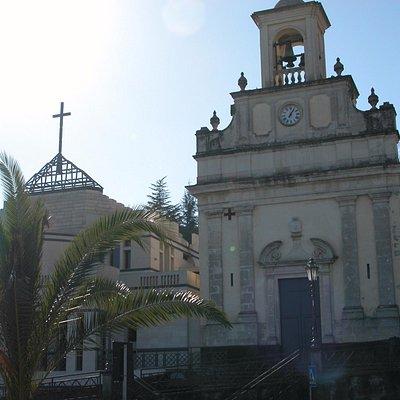 Fleri, chiesa nuova e chiesa vecchia convivono insieme