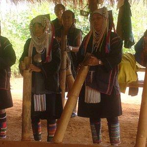 การแสดงต้อนรับแต่ละชนเผ่าเมื่อนักท่องเที่ยวไปถึง