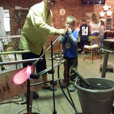 Výroba vázy návštěvníkem v krčmě