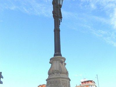 Farola con escudo de la ciudad en la base