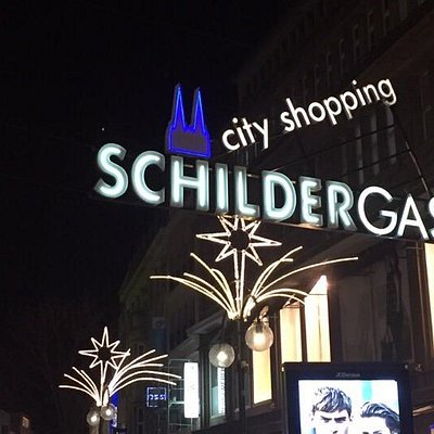 Rua de lojas e compras.
