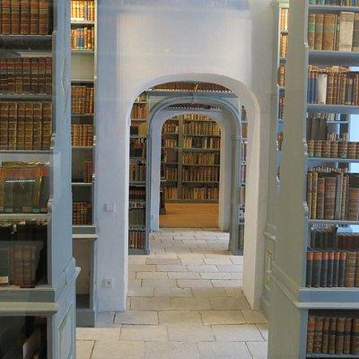 Книжные стелажи