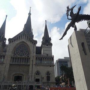 Cuenta con la belleza de la fachada de la Catedral Basílica Nuestra Señora del Rosario.