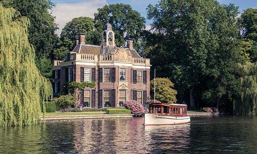 Uw Salonboot biedt u ook rondvaarten aan over de Vecht en de Loosdrechtse plassen.